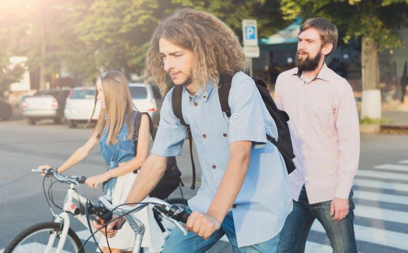 Giovani che guidano sulle bici fotografia stock