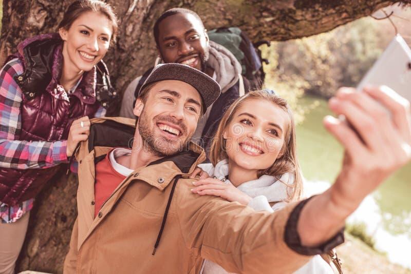 Giovani che prendono selfie in foresta fotografia stock
