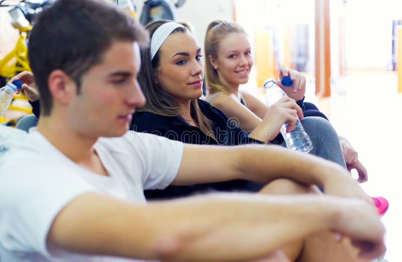 Giovani che riposano dopo la classe nella palestra immagine stock