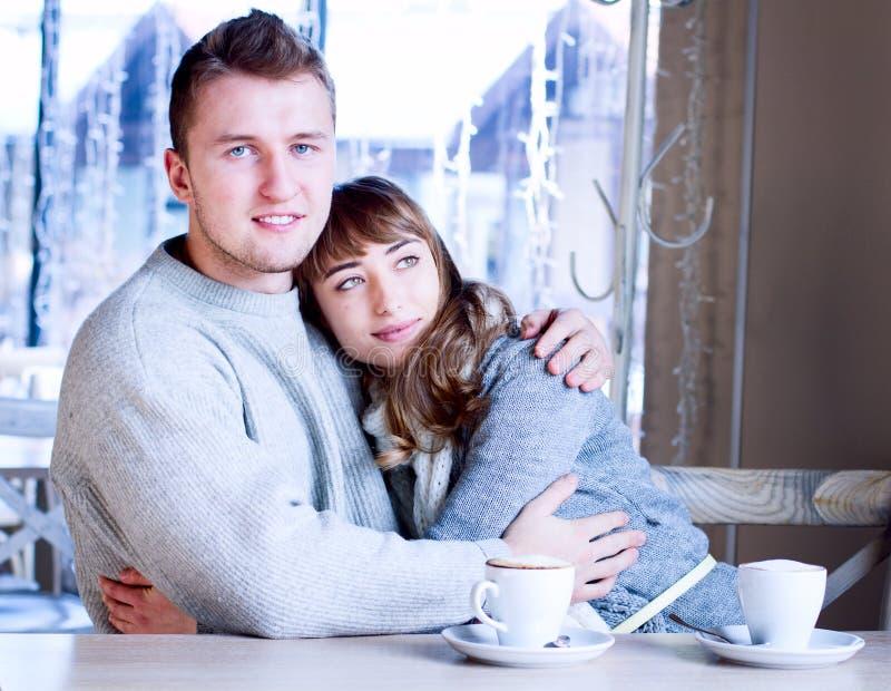 Giovani che si siedono nel caffè e nel cibo fotografie stock libere da diritti