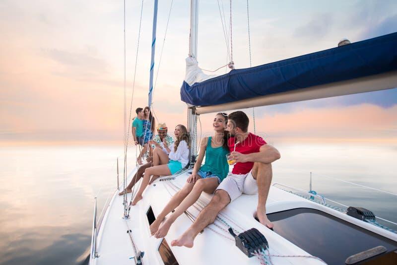 Giovani che si siedono sull'yacht fotografia stock