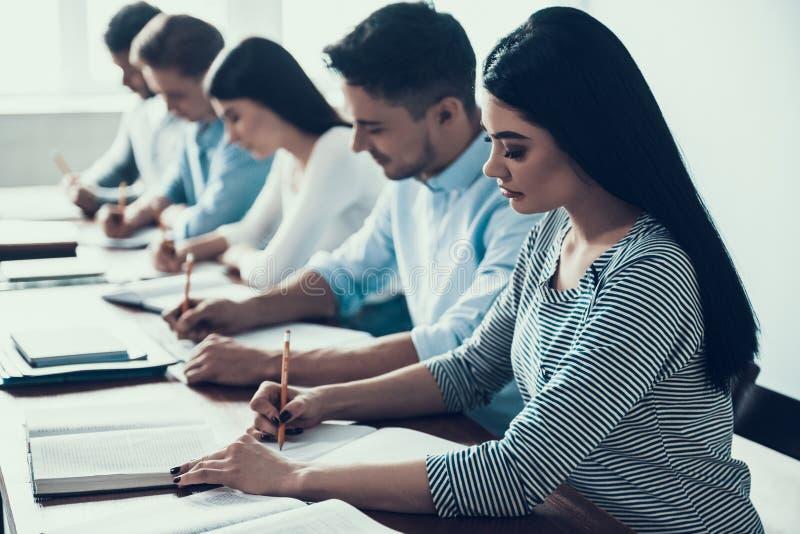 Giovani che studiano nell'aula all'istituto universitario immagine stock