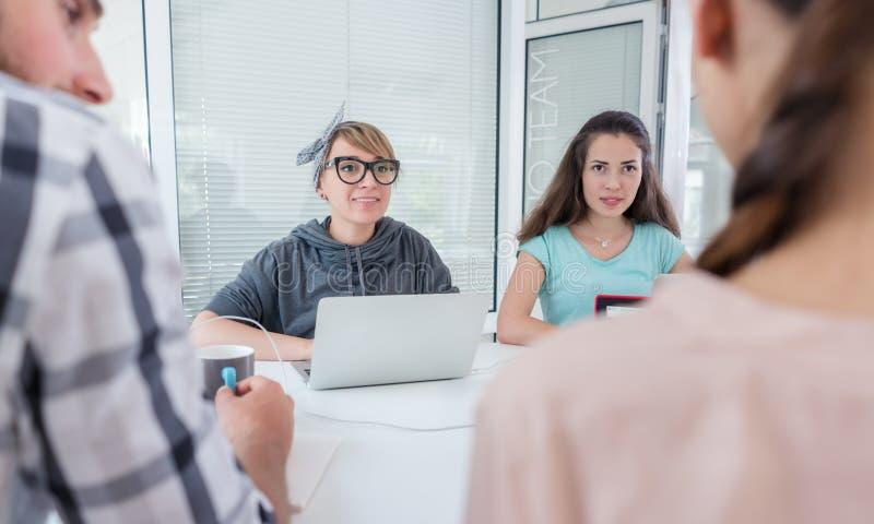Giovani colleghe affidabili che pensano alle soluzioni ed alle riuscite idee fotografia stock