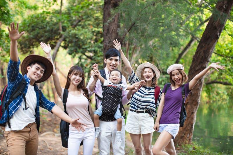 Giovani con gli zainhi che fanno un'escursione insieme immagine stock libera da diritti