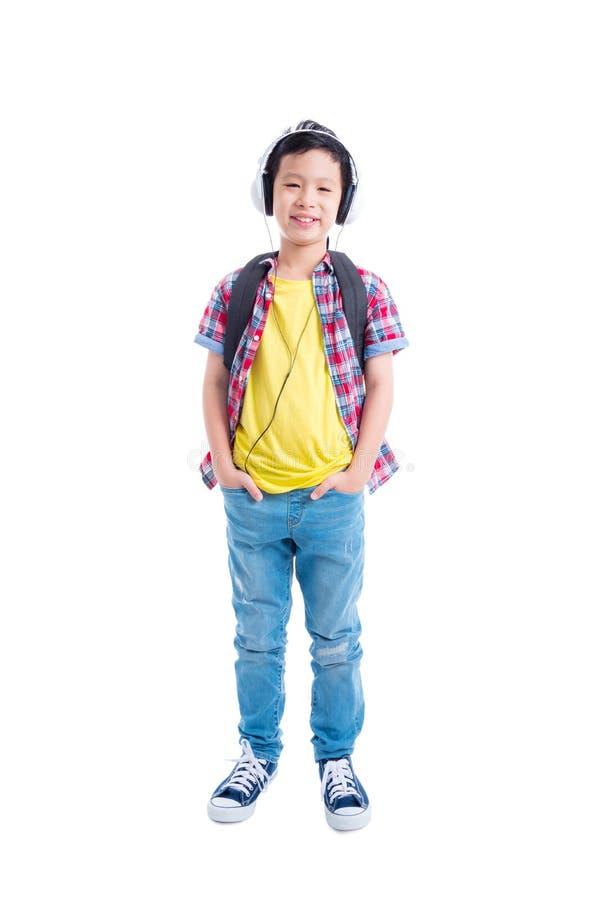 Giovani condizione e sorrisi asiatici del ragazzo sopra bianco immagini stock