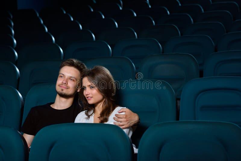 Giovani coppie adorabili ad una data al cinema immagine stock