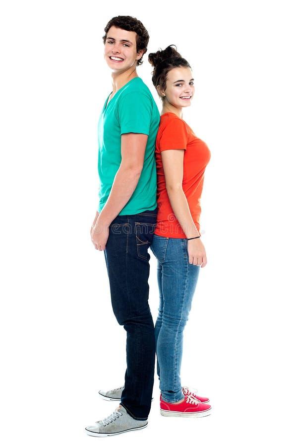 Giovani coppie adorabili che propongono di nuovo alla parte posteriore immagine stock libera da diritti