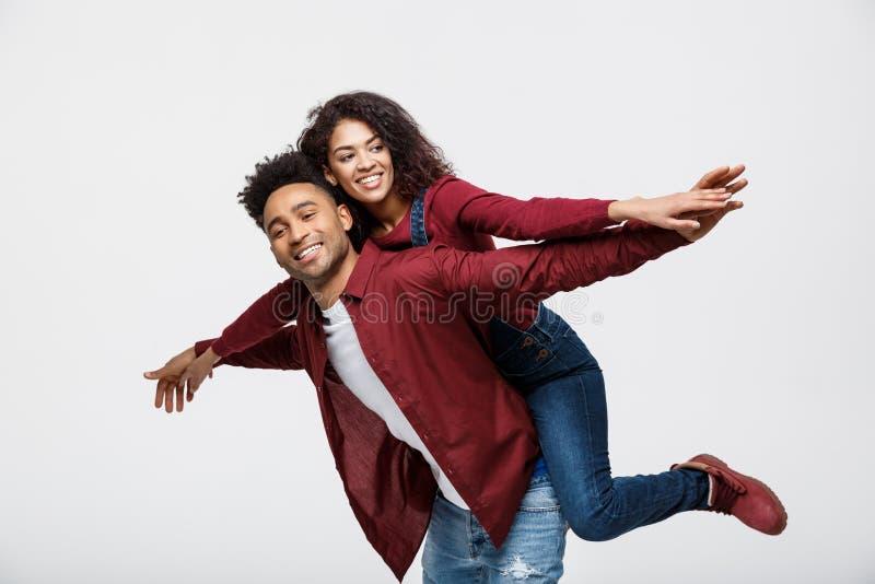 Giovani coppie afroamericane del primo piano che guidano indietro e che giocano come l'aereo fotografie stock libere da diritti