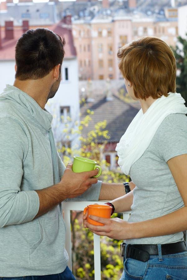 Giovani coppie al balcone fotografia stock