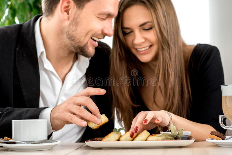 Giovani coppie al ristorante fotografia stock