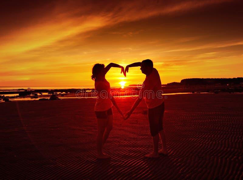 Giovani coppie al tramonto fotografie stock libere da diritti