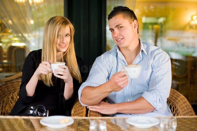 Giovani coppie alla caffetteria. immagini stock libere da diritti
