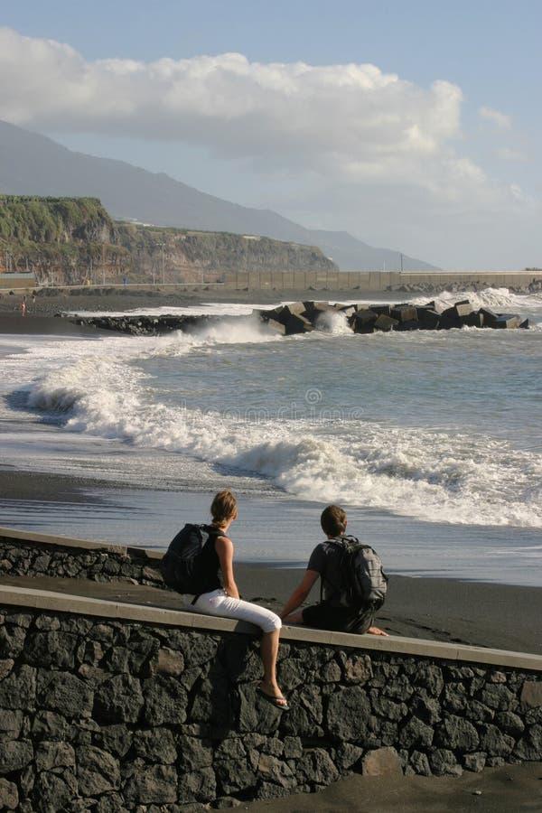 Giovani coppie alla spiaggia immagine stock