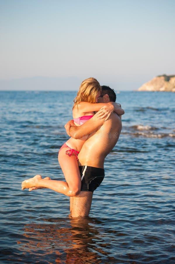 Giovani coppie alla spiaggia immagini stock libere da diritti