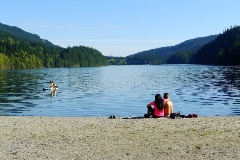 Giovani coppie alla spiaggia di White Pine fotografia stock