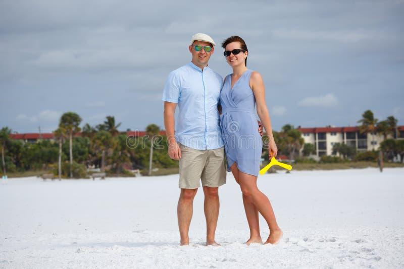 Giovani coppie alla spiaggia tropicale durante le vacanze estive immagine stock