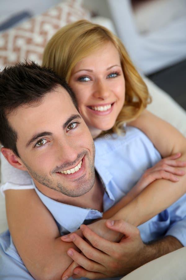 Giovani coppie allegre fotografia stock