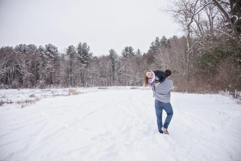 Giovani coppie allegre all'aperto nell'inverno fotografia stock