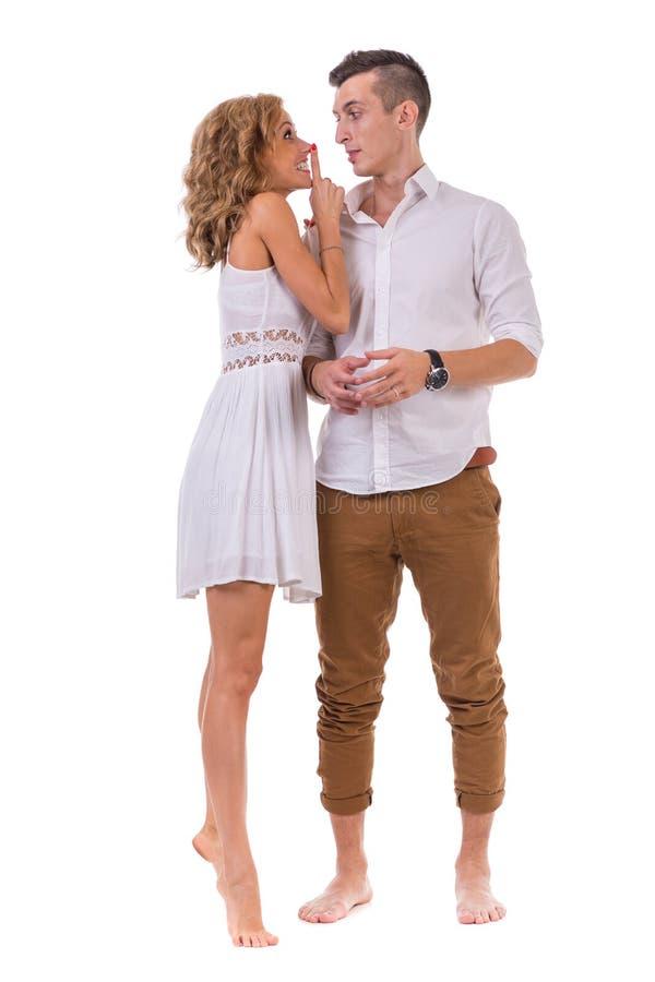 Giovani coppie allegre su fondo bianco, isolato fotografia stock