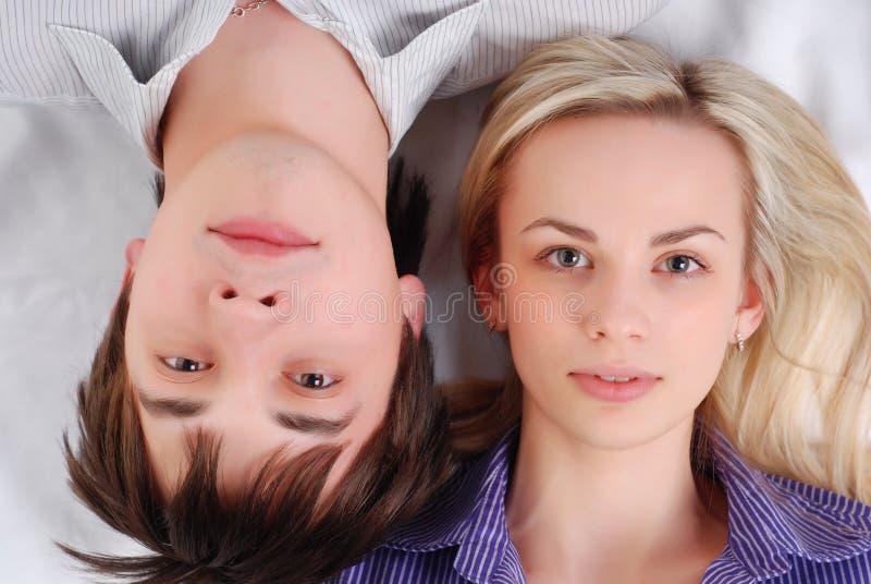 Giovani coppie amorose immagini stock