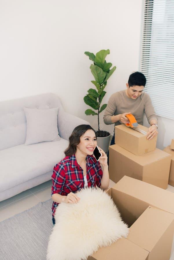Giovani coppie amorose che si muovono verso una nuova casa Casa e concetto 'nucleo familiare' immagini stock libere da diritti