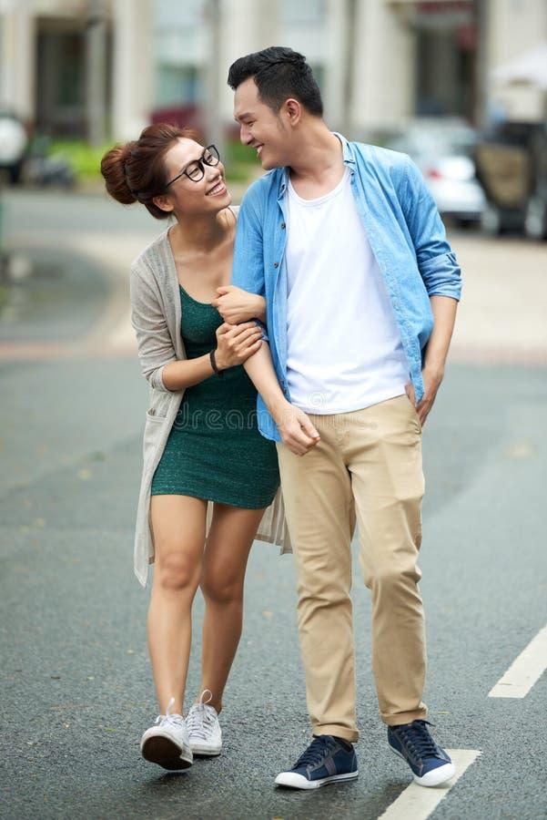 Giovani coppie asiatiche alla data fotografie stock libere da diritti
