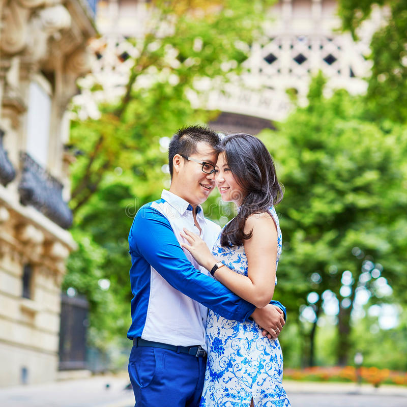 Giovani coppie asiatiche che hanno una data vicino alla torre Eiffel, Parigi, Francia fotografie stock libere da diritti
