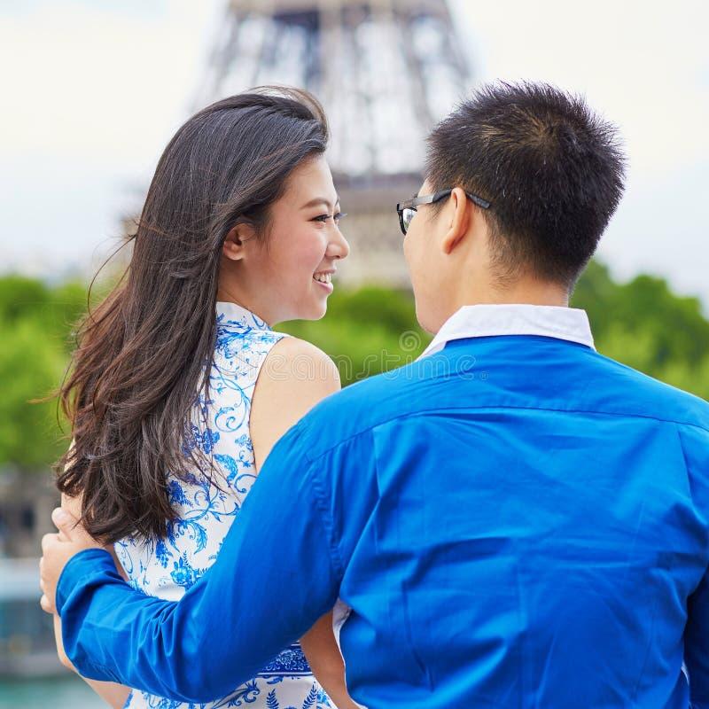 Giovani coppie asiatiche che hanno una data vicino alla torre Eiffel, Parigi, Francia immagine stock