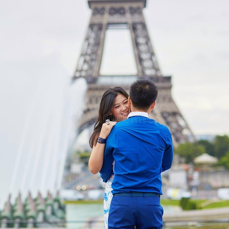 Giovani coppie asiatiche che hanno una data vicino alla torre Eiffel, Parigi, Francia fotografie stock