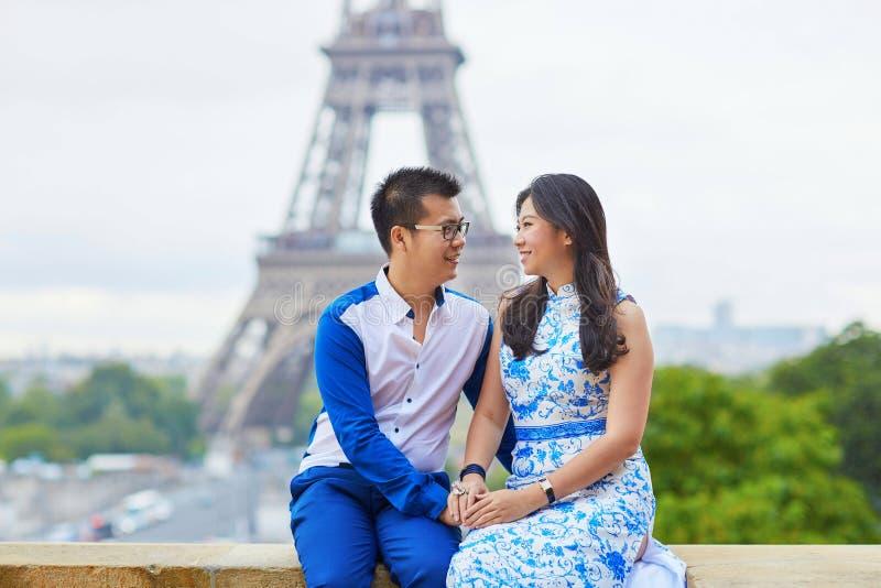Giovani coppie asiatiche romantiche a Parigi immagine stock libera da diritti