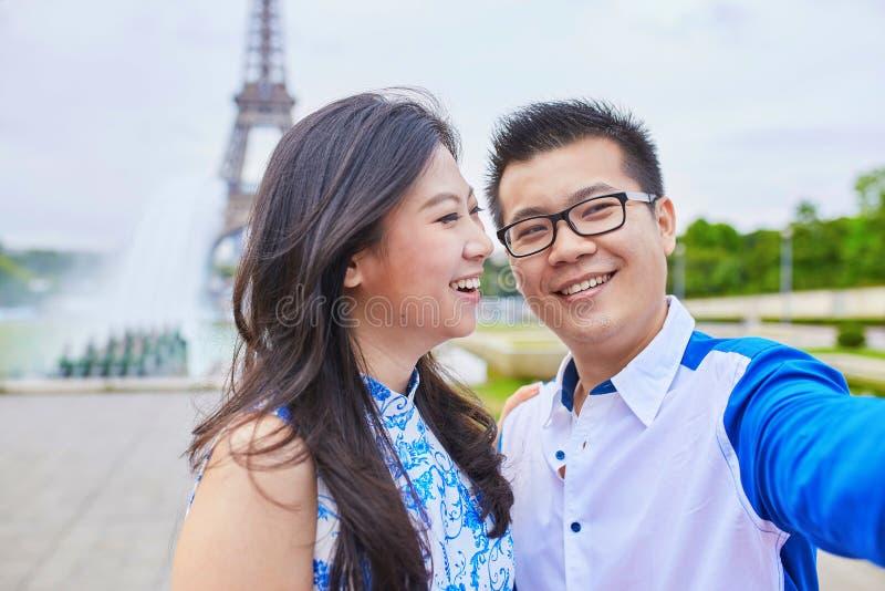 Giovani coppie asiatiche romantiche a Parigi fotografia stock libera da diritti