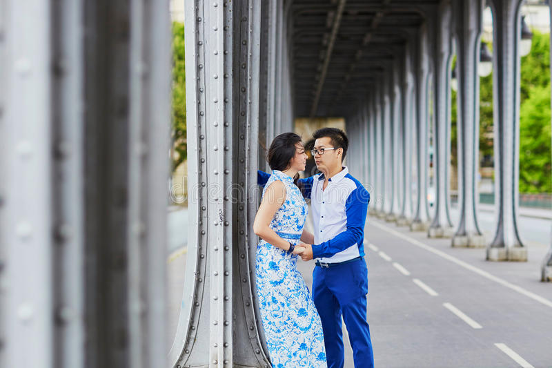 Giovani coppie asiatiche romantiche a Parigi, Francia fotografie stock