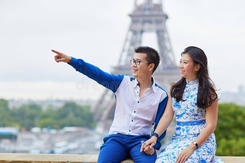 Giovani coppie asiatiche romantiche a Parigi, Francia immagine stock libera da diritti