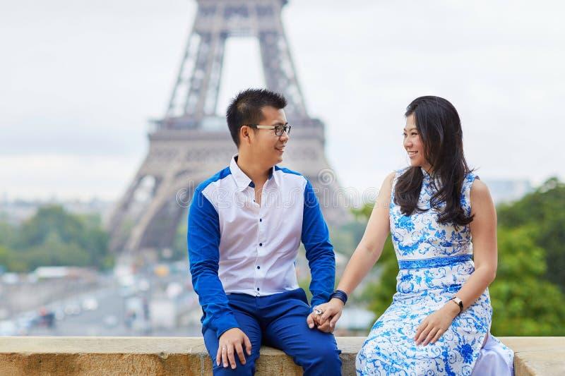 Giovani coppie asiatiche romantiche a Parigi, Francia fotografie stock libere da diritti