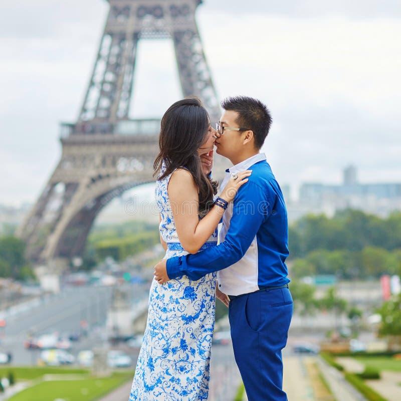 Giovani coppie asiatiche romantiche a Parigi, Francia fotografia stock libera da diritti