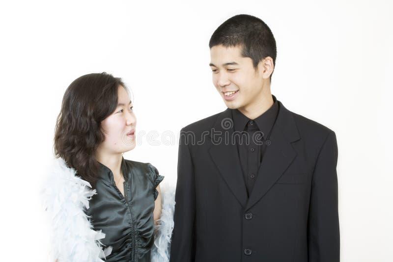 Giovani coppie asiatiche vestite in su fotografie stock
