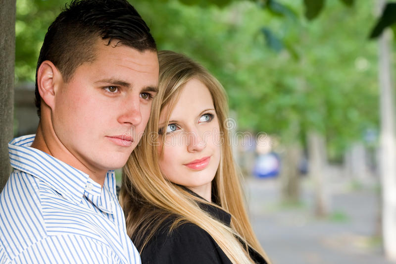 Giovani coppie attraenti all'aperto. immagini stock