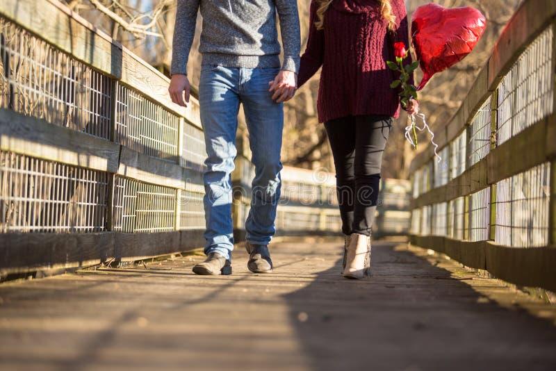 Giovani coppie attraenti che affrontano il torso dello spettatore soltanto immagine stock libera da diritti