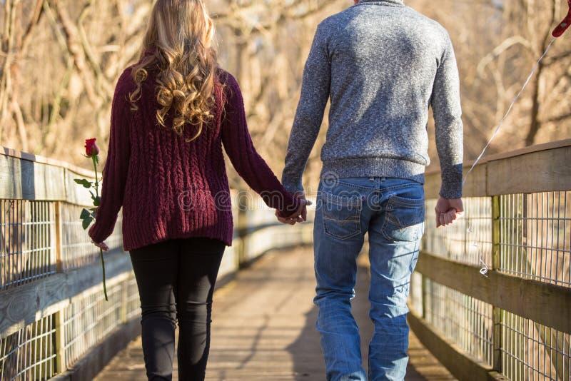 Giovani coppie attraenti che camminano a partire dallo spettatore fotografia stock