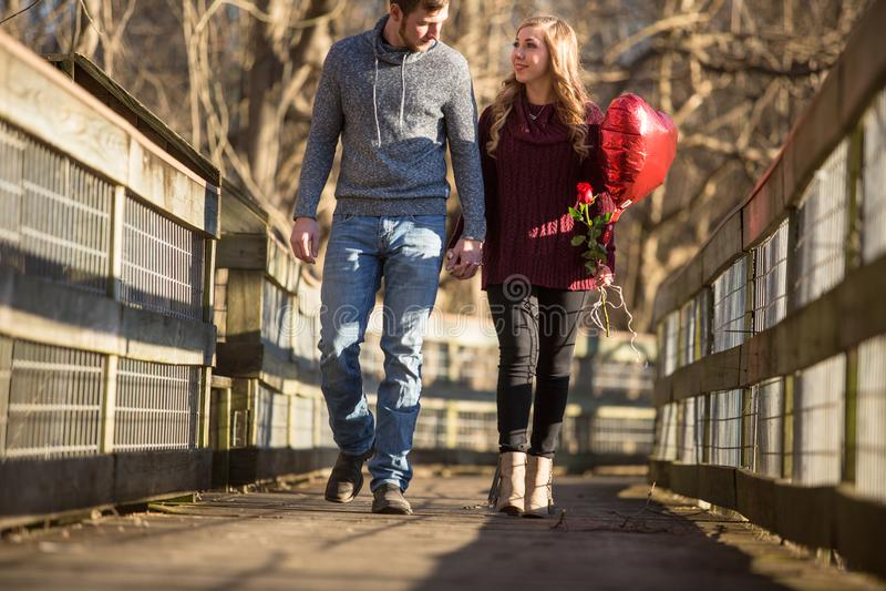 Giovani coppie attraenti che camminano verso lo spettatore fotografia stock