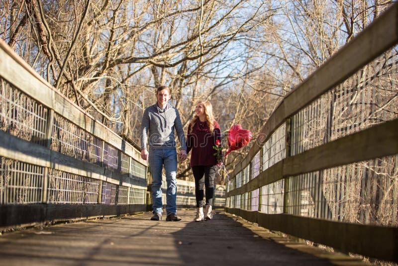 Giovani coppie attraenti che camminano verso lo spettatore fotografia stock libera da diritti