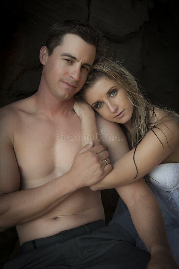 Giovani coppie attraenti che pendono faccia a faccia fotografia stock libera da diritti