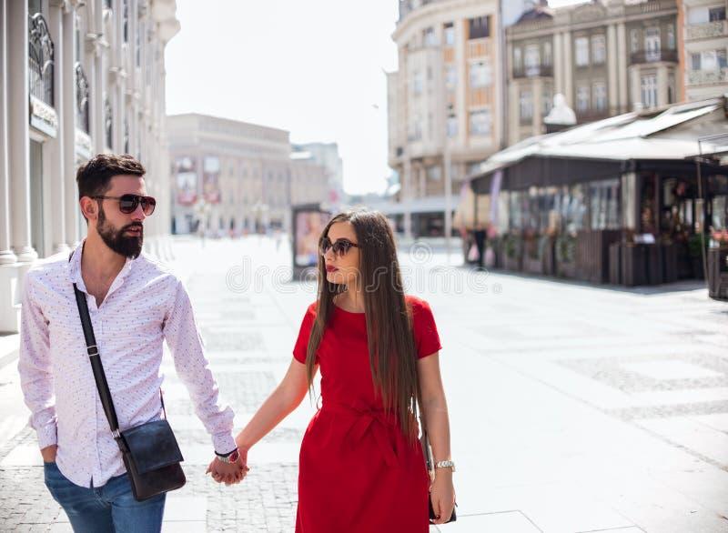 Giovani coppie attraenti nell'amore immagini stock