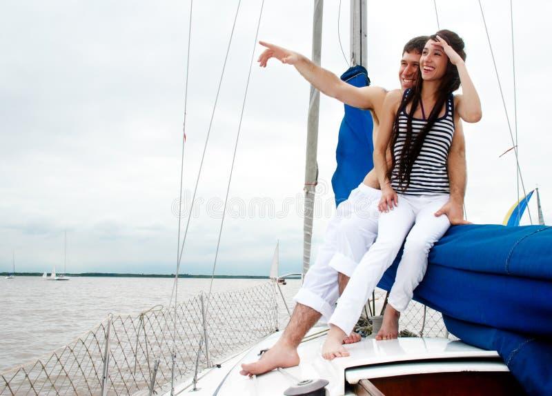 Giovani coppie a bordo dell'yacht immagine stock libera da diritti