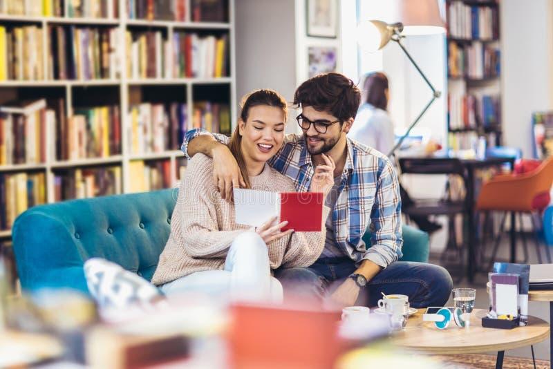 Giovani coppie in caffè fotografie stock libere da diritti