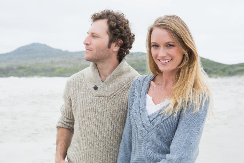 Giovani coppie casuali felici alla spiaggia immagini stock libere da diritti