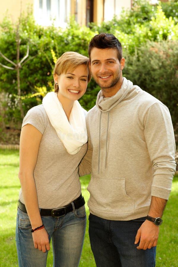 Giovani coppie che abbracciano all'aperto immagini stock