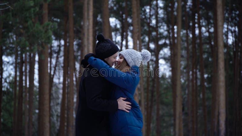 Giovani coppie che abbracciano e che baciano nel parco nell'inverno Coppie felici insieme Ritratto delle coppie di riunione felic fotografie stock libere da diritti