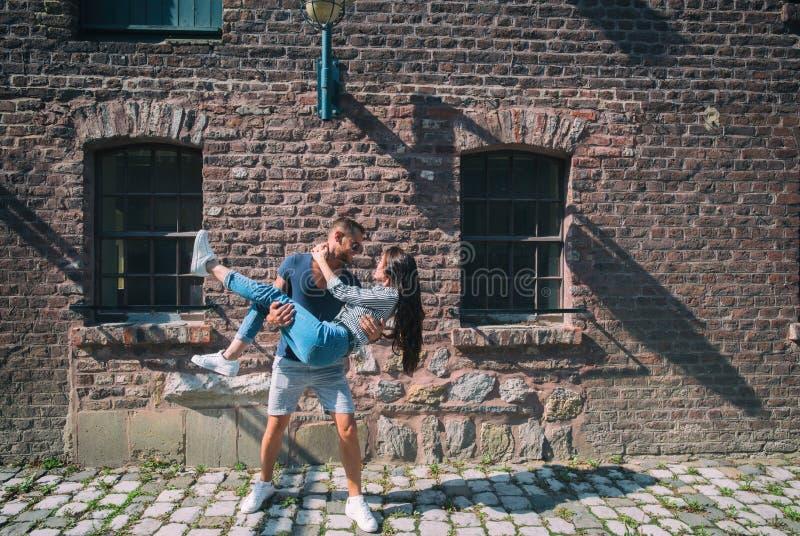 Giovani coppie che abbracciano e che si divertono fotografia stock