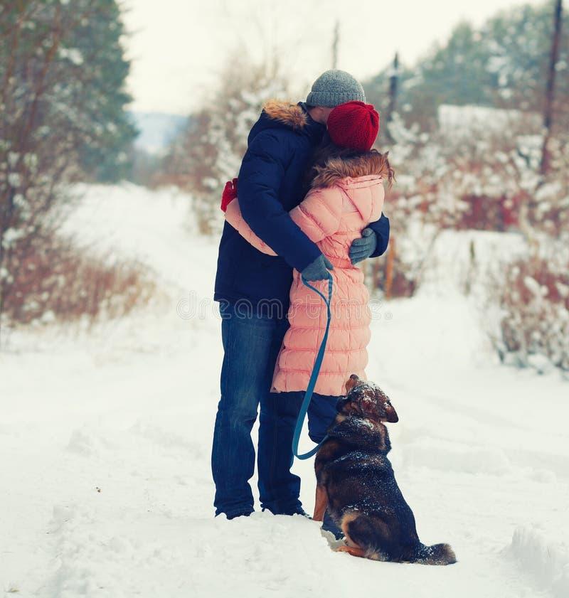 Giovani coppie che abbracciano sopra all'aperto nell'inverno fotografia stock libera da diritti